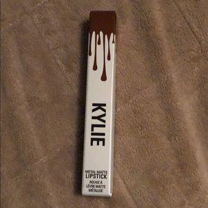 Kylie metal matte lipstick, shade reign